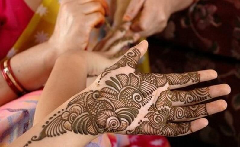 proses pembuatan henna tangan